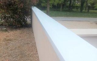Pose d'acrotères 79, 86, 17, 85 pour imperméabiliser un muret de clôture